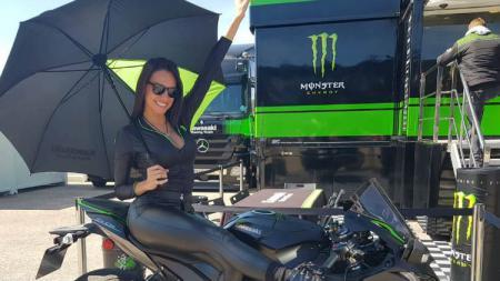 Grace Barroso kala beraksi menjadi umbrella girl MotoGP. - INDOSPORT