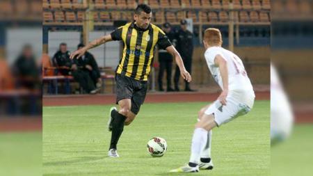 Striker asal Brasil yang baru resmi memperkuat Badak Lampung FC, Francisco Wagsley Torres, tengah mengusai bola. - INDOSPORT