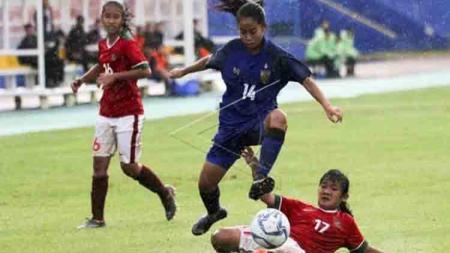Timnas Putri Indonesia saat melawan Myanmar pada laga Piala AFF U-15. - INDOSPORT