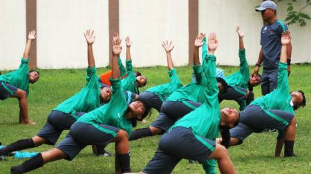 Pemain Timnas Putri U-15 saat melakukan latihan - INDOSPORT