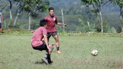 Indosport - Pemain seleksi PSIS Semarang, M Ryan Ardiansyah saat berlatih di kawasan Bandungan.