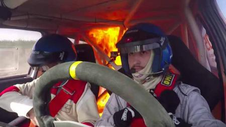 Pereli Argentina ini nekad melompat dari mobilnya yang terbakar di balapan La Pepita bulan lalu - INDOSPORT