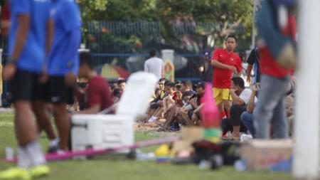 Pendukung klub sepak bola, Borneo FC, penuhi sesi latihan tim di Kota Bontang - INDOSPORT