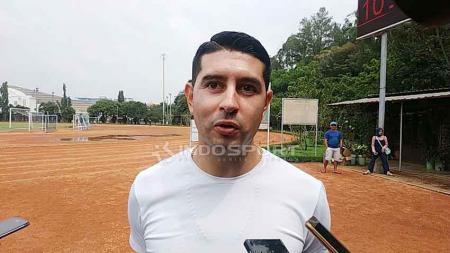Gelandang tim Persib Bandung, Esteban Vizcarra, mengaku keberatan dengan surat keputusan PSSI terkait besaran gaji saat kompetisi Liga 1 2020 bergulir kembali. - INDOSPORT