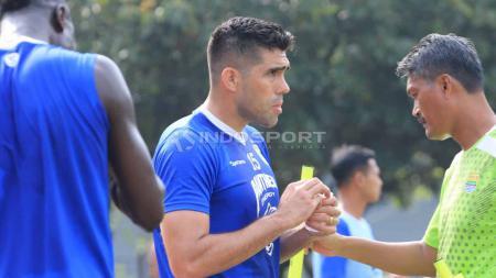 Pemain anyar Persib, Fabiano Beltrame saat berlatih di Lapangan Saraga, Kota Bandung, Jumat (05/04/2019)./Arif Rahman/Indosport.com - INDOSPORT