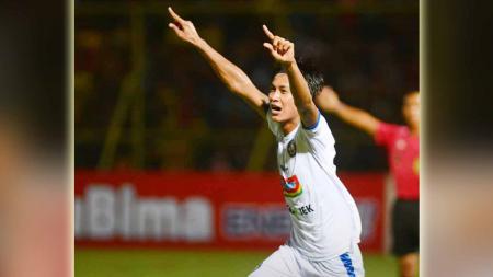 Selebrasi Johan Alfarizi usai membobol gawang Kalteng Putra./Twitter@AremafcOfficial - INDOSPORT