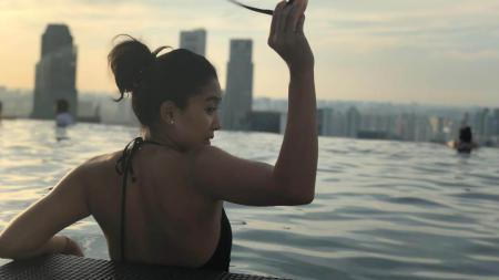Olivia Zalianty saat berenang di Singapura - INDOSPORT