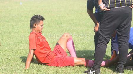 Winger Persis Solo, Hapidin mendapat perawatan usai mengalami cedera dalam uji coba di Lapangan AURI Lanud Adi Soemarmo, Karanganyar, Sabtu (06/04/19). - INDOSPORT