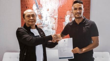 CEO PSIM Yogyakarta Bambang Susanto (kiri) dan pemain naturalisasi Raphael Maitimo (kanan) resmi diperkenalkan ke publik. - INDOSPORT