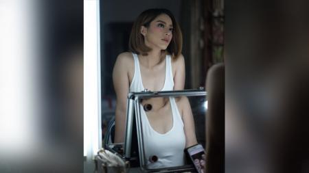 Presenter cantik Harly Valentina Bastiaans saat berpose di depan cermin. - INDOSPORT