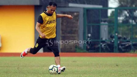 Striker anyar Sriwijaya FC Airlangga Sucipto sudah bergabung bersama rekan-rekan barunya, di lapangan atletik Jakabaring, Sabtu (6/4/2019). Foto: Muhammad Effendi/Indosport.com - INDOSPORT