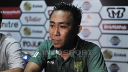 Rendi Irwan saat konferensi pers selepas laga Madura United vs Persebaya Surabaya. Fitra Herdian/Indosport. - INDOSPORT
