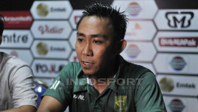 Rendi Irwan saat konferensi pers selepas laga Madura United vs Persebaya Surabaya. Fitra Herdian/Indosport. Copyright: Fitra Herdian/Indosport