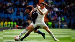 Indosport - Gareth Bale dihadang pemain lawan pada pertandingan Real Madrid vs Eibar di LaLiga Spanyol, Sabtu (06/04/19).