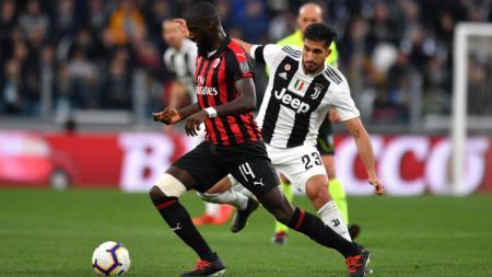 Tiemoue Bakayoko saat mencoba lepas dari penjagaan ketat Emre Can di pertandingan Juventus vs Milan, Sabtu (06/04/19) malam WIB. Tullio M. Puglia/Getty Images - INDOSPORT