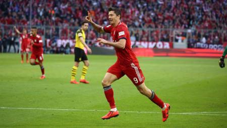 Robert Lewandowski merayakan gol pada pertandingan Bayern Munchen vs Borussia Dortmund di Bundesliga Jerman, Sabtu (06/04/19). - INDOSPORT