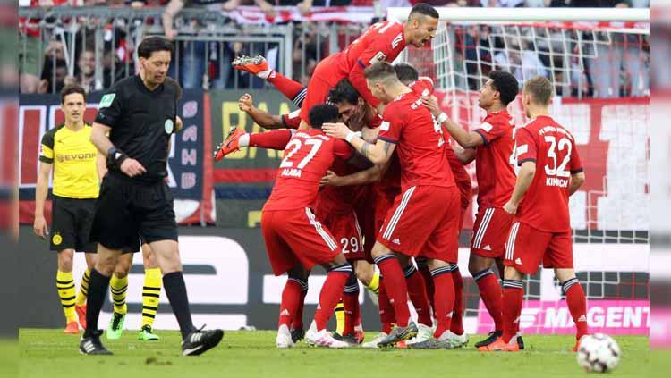 Momen para pemain merayakan gol pada pertandingan Bayern Munchen vs Borussia Dortmund di Bundesliga Jerman, Sabtu (06/04/19). Copyright: Twitter/@OmnisportNews