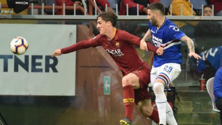 Nicolo Zaniolo berusaha lepas dari penjagaan lawan saat pertandingan Sampdoria vs Roma, Minggu (070419). Paolo Rattini/Getty Images - INDOSPORT