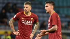 Indosport - Aleksandar Kolarov (kiri) dan Lorenzo Pellegrini (kanan) bersiap melakukan tendangan bebas di pertandingan Sampdoria vs Roma, Minggu (070419). Paolo Rattini/Getty Images