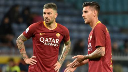 Aleksandar Kolarov (kiri) dan Lorenzo Pellegrini (kanan) bersiap melakukan tendangan bebas di pertandingan Sampdoria vs Roma, Minggu (070419). Paolo Rattini/Getty Images - INDOSPORT