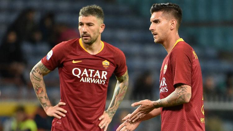 Aleksandar Kolarov (kiri) dan Lorenzo Pellegrini (kanan) bersiap melakukan tendangan bebas di pertandingan Sampdoria vs Roma, Minggu (070419). Paolo Rattini/Getty Images Copyright: Paolo Rattini/Getty Images