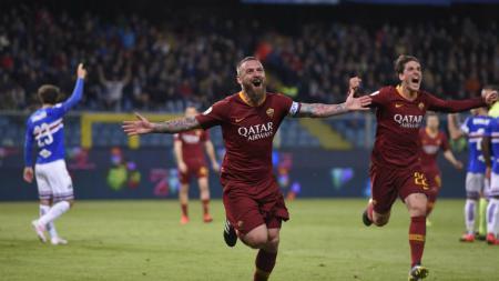 Daniele De Rossi melakukan selebrasi atas gol tunggalnya di pertandingan Sampdoria vs Roma, Minggu (070419). asroma.com - INDOSPORT
