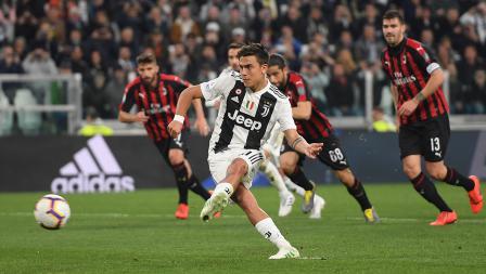 Paulo Dybala tengah melakukan tendangan penalti ke gawang AC Milan di markas Juventus pada Sabtu (06/05/19). Tullio M. Puglia / Getty Images