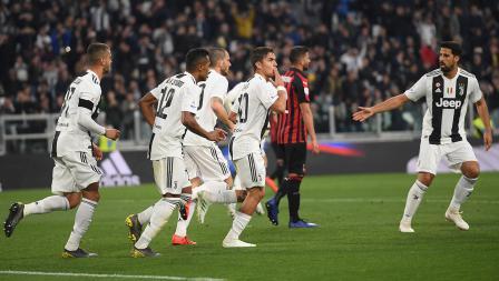Paulo Dybala merayakan gol bersama rekan satu timnya pada laga Serie A Italia melawan AC Milan pada Sabtu (06/05/19). Tullio M. Puglia / Getty Images