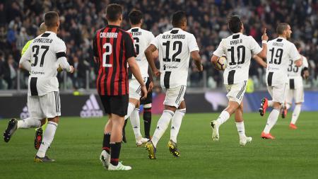 Paulo Dybala berhasil samakan kedudukan skor dengan AC Milan lewat tendangan kotak penalti pada laga Serie A Italia melawan AC Milan pada Minggu (06/05/19) dini hari. Tullio M. Puglia / Getty Images - INDOSPORT