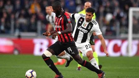 Tiemoue Bakayoko (AC Milan) tengah menggiring bola dari Emre Can pada laga Serie A Italia melawan AC Milan pada Sabtu (06/05/19). Tullio M. Puglia / Getty Images