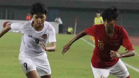 Pemain Garuda Pertiwi (kanan) berusaha keras kawal ketat pemain Myanmar. - INDOSPORT