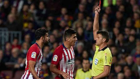 Diego Costa diganjar kartu merah oleh wasit Jesus Gil Manzano di pertandingan Laliga Barcelona melawan Atletico Madrid di Camp Nou pada Minggu (07/04/19). Gambar Kualitas Olahraga / Getty Images
