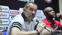 Indosport - Dejan Antonic saat konfrensi pers, pada Sabtu (6/4/19). Fitra Herdian/INDOSPORT