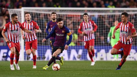 Rodri dan Koke berusaha keras untuk menghentikan aksi Lionel Messi yang tengah membawa menggiring bola pada laga Laliga Spanyol di Camp Nou pada Minggu (07/04/19). Alex Caparros / Getty Images