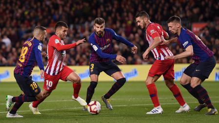 Angel Correa (kedua dari kiri) dan Koke (dari kanan) berusaha keras untuk mengamankan bola dari Jordi Alba (kiri), Gerard Pique (tenagh) dan Clement Lenglet. Minggu (07/04/19). Alex Caparros / Getty Images