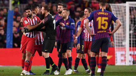 Jan Oblak berusaha mencoba menenangkan Diego Costa yang dikeluarkan dari lapangan karena kartu merah, Minggu (07/04/19). Alex Caparros / Getty Images