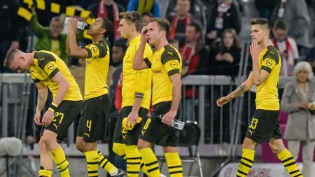 Para Pemain Borussia Dortmund tertunduk lesu saat mereka dilibas oleh rival, Bayern Munchen. - INDOSPORT