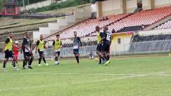 Indosport - Skuat Persipura Jayapura saat menjalani sesi latihan di Stadion Mandala. Sudjarwo/INDOSPORT