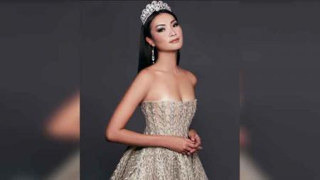 Model sekaligus host, Jesslyn Lim. - INDOSPORT