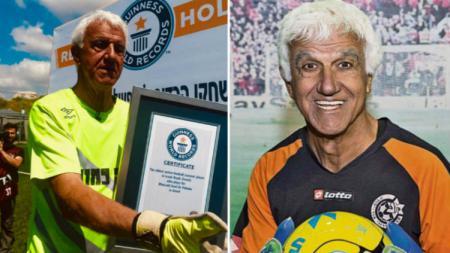 Kiper Maccabi Ironi Or Yehuda, Yitzhak Hayk, menerima penghargaan pemain tertua di dunia Guinness World Record, pada 5 April 2019. - INDOSPORT