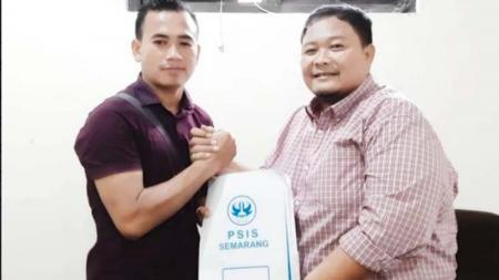 Endang Subrata bersama General Manager PSIS, Wahyu Winarto. - INDOSPORT