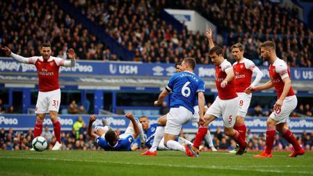 Proses terjadinya gol Phil Jagielka ke gawang Arsenal dalam laga pekan ke-33 Liga Primer Inggris, Minggu (07/04/19). - INDOSPORT
