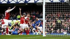 Indosport - Proses terjadinya gol Phil Jagielka ke gawang Arsenal dalam laga pekan ke-34 Liga Primer Inggris, Minggu (07/04/19).