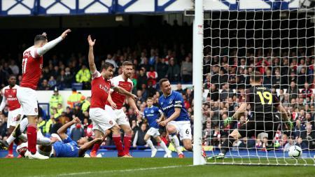 Proses terjadinya gol Phil Jagielka ke gawang Arsenal dalam laga pekan ke-34 Liga Primer Inggris, Minggu (07/04/19). - INDOSPORT