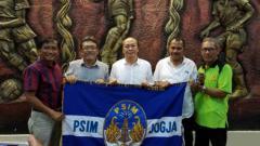 Indosport - Bambang Susanto (tengah) resmi diperkenalkan ke publik sebagai CEO anyar PSIM Yogyakarta.