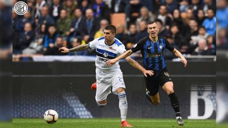 Ivan Perisic merebut bola ketika laga Inter Milan vs Atalanta di Serie A Italia 2018/2019, Minggu (07/04/19). - INDOSPORT