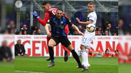 Perebutan bola pada laga Inter Milan vs Atalanta di Serie A Italia 2018/2019, Minggu (07/04/19). - INDOSPORT