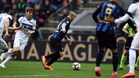 Radja Nainggolan menggiring bola di laga Serie A Italia 2018/2019, Minggu (07/04/19). - INDOSPORT