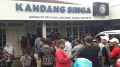 Indosport - Antrean Aremania yang akan membeli tiket laga Persebaya Surabaya melawan Arema FC di final Piala Presiden 2019. Senin (08/04/19). Ian Setiawan/INDOSPORT