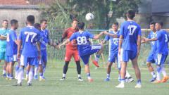Indosport - Persib Bandung berlatih di Lapangan Lodaya, Kota Bandung (Arif Rahman/INDOSPORT)